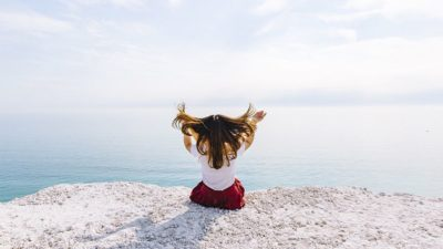 En la imagen se ve a una niña frente al mar. Marca personal