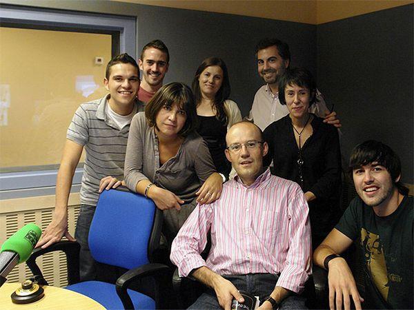 Miguel Revelles fotografía con el equipo de La Brújula de Carlos Alsina, en Onda Cero