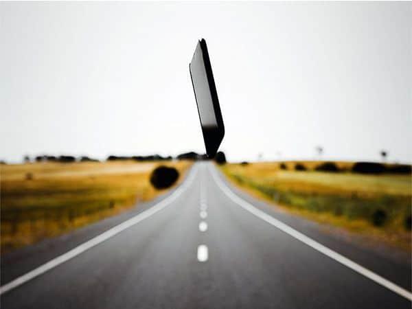 Guía Feedly. Imagen de un dispositivo móvil y una carretera